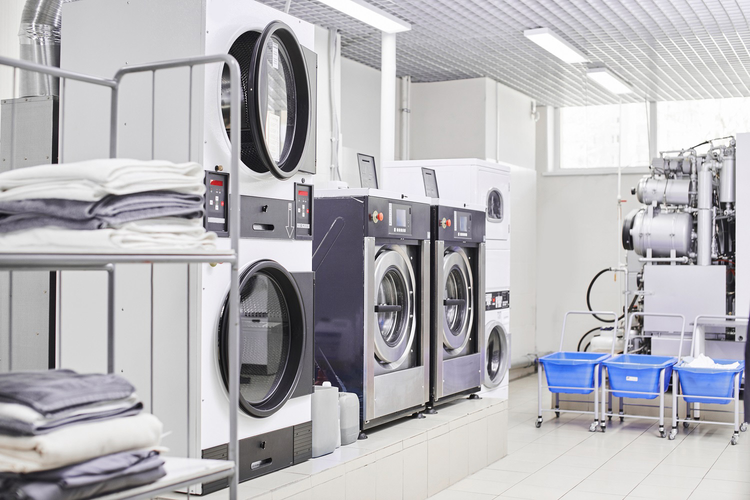 Commercial laundry detergents and programmes for industrial laundries